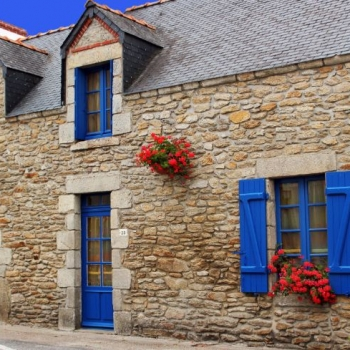How to Select the Perfect Shutter Color to Make Your House Stand Out